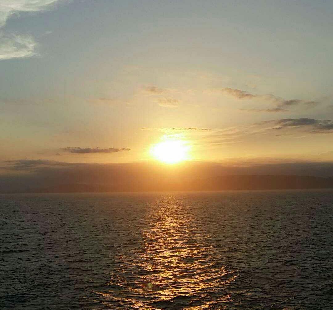 Coucher de soleil au large de la Méditerranée durant la traversée. © H.Boujida