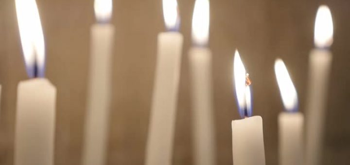 close-up-votive-white-candles-burning-slowly-in-the-church-in-act-oft-chris_sjac7zbg__m0007